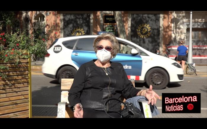 señora mayor quejandose de las restricciones de los bares en barcelona