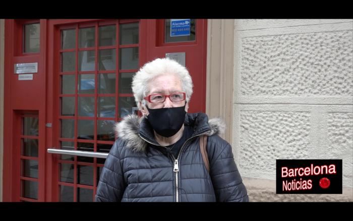 señora del poble sec criticando la actitud de los políticos haciendo fiestas de más de 150 personas cuandolas restricciones del covid solo dejan a seis