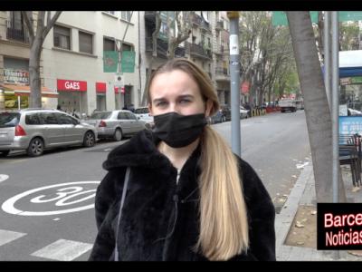 joven musica recriminando la dejadez del ayuntamiento de barcelona hacia las personas más desfavorecidas