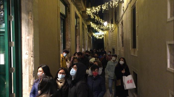 colas de gente en las tiendas de barcelona en navidad y con covid