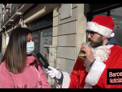 santa claus entrevistando a una chica en navidad, en el mercado de santa lucia barcelona