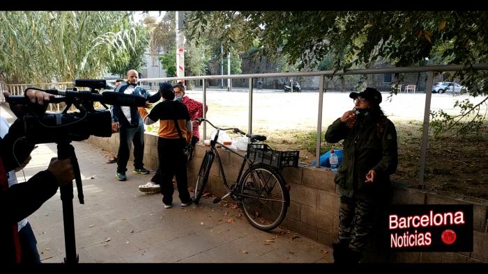 gente de la calle de barcelona peleandose y dando su opinión sobre el covid