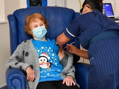 Margaret Keenan, la primera mujer que recibió la vacuna contra el covid-19 en Reino Unido