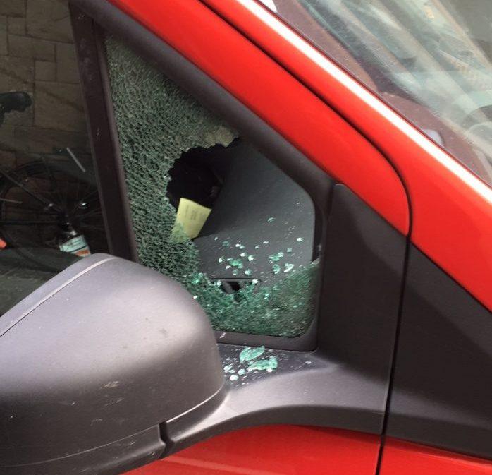 cristal roto de coche en barcelona por la delincuencia callejera