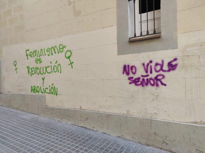 pared pintada feminista sin criterio y mal hecho