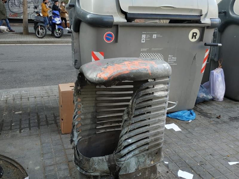 mobiliario quemado en la calle barcelona noticias